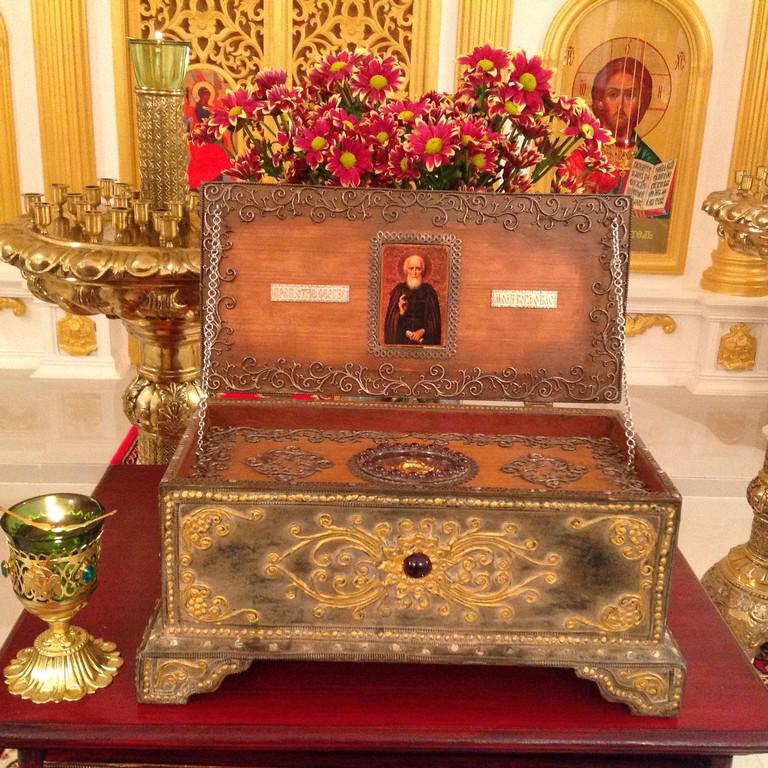 во время экскурсии по храму можно приложиться к мощам преопдобного Сергия Радонежского